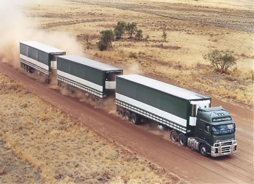 Road train или грузовик с кучей прицепов - поезд на дороге