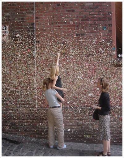 Стена полностью облепленная жевательными резинками