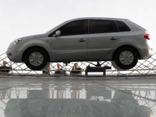Креативная реклама Renault в центре киева