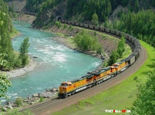 Кадиллак VS поезд. Кадиллак столкнулся с поездом.