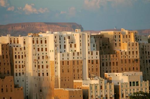 Хоть и старые, но высокие здания - древние небоскребы.