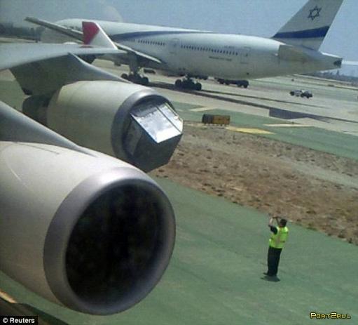 Засосало в турбину самолета (3 фото)
