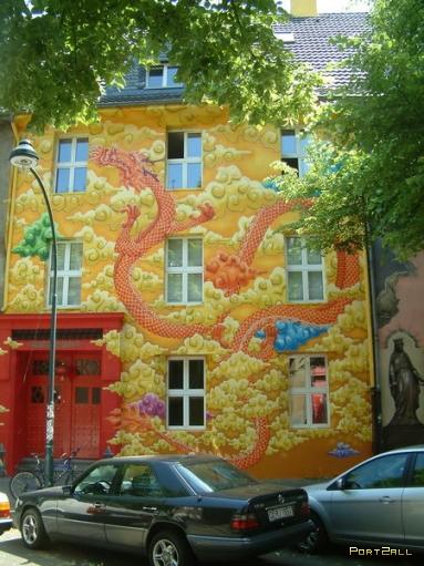 Позитивные домики. Ярко раскрашенные дома. Дома в Дюссельдорфе.