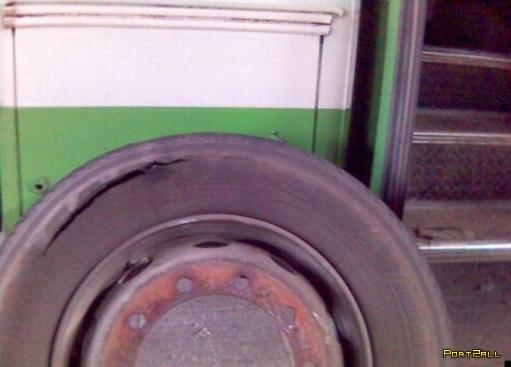 Что будет в салоне автобуса если взорвется одно из его колес? Взрыв автобусного колеса (7 фото)