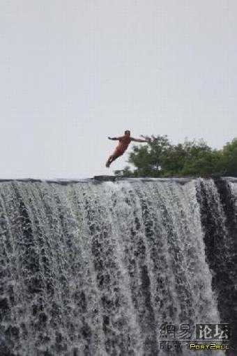 Прыжок с водопада или любитель экстрима!
