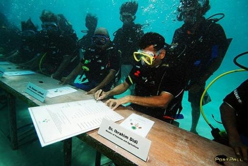 На Мальдивах провели первое в мире подводное правительственное заседание