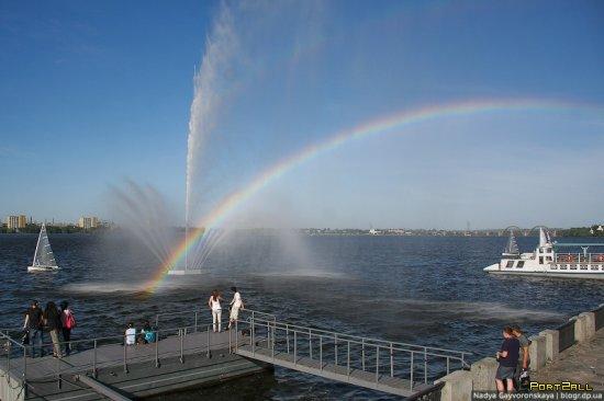 Фонтаны Днепропетровска: Белый лебедь | Фонтан плавающий в реке Днепр
