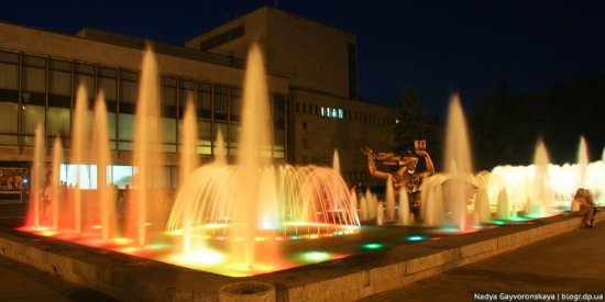 Фонтаны Днепропетровска: Муза | Фонтан возле театра оперы и балета в Днепропетровске