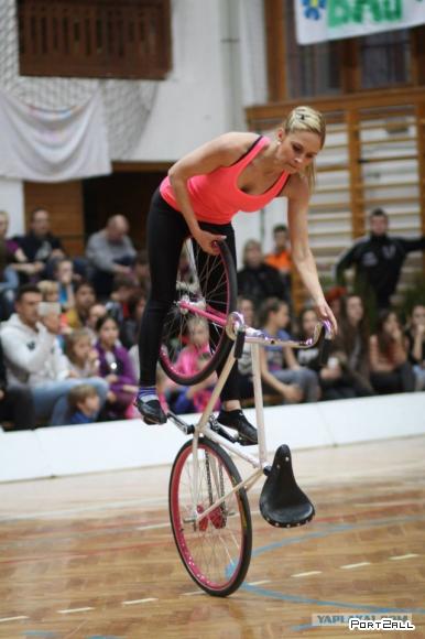 Девушка вытворяющая чудеса на велосипеде - Nicole Frýbortová